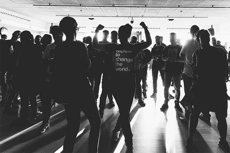 Etiqueta Rosa: Geométrika FM refuerza su compromiso solidario